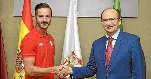 Pablo Sarabia, junto a Jos� Castro tras firmar su contrato.