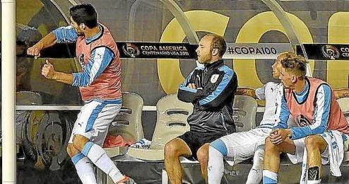 Instante en que Suárez da un puñetazo al lateral del banquillo.