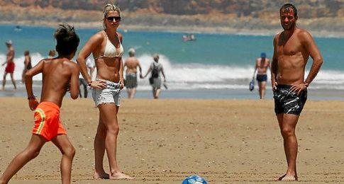 Van der Vaart, en la playa junto a su novia Estavana Polman.