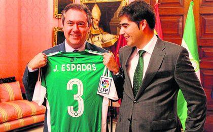 Juan Espadas posa con el obsequio que le hizo el Betis a través del presidente, Ángel Haro.