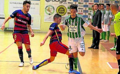 En la imagen, el ala verdiblanco avanza ante la presi�n de un rival del filial blaugrana en un lance de un encuentro liguero.