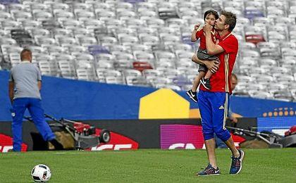 Piqué celebra la victoria ante la República Checa con su hijo sobre el terreno de juego.