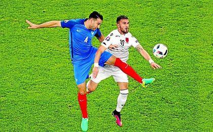 Adil Rami, en la imagen pugnando con el albanés Sadiku, resultó providencial en el triunfo de Francia.