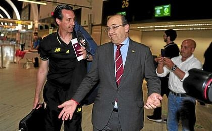 Unai Emery y José Castro, en el aeropuerto de San Pablo (Sevilla), donde el vasco tendría los billetes y el pasaporte en la mano.