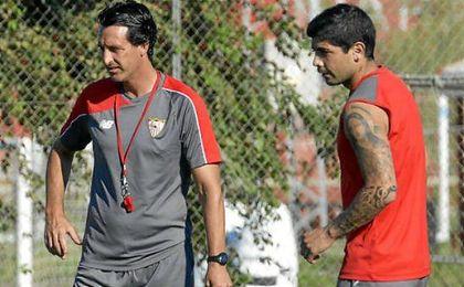 Emery y Banega, durante un entrenamiento en Sevilla.