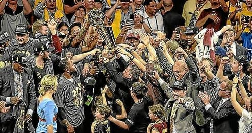 Cleveland levanta el trofeo de campeón de la NBA.