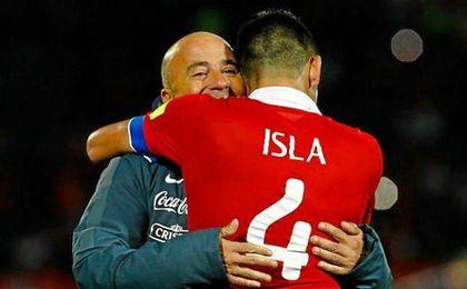 Jorge Sampaoli abraza a Mauricio Isla, quien ya suena tanto para el Sevilla como para la Lazio.