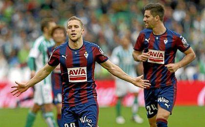 Keko celebrando un gol con la camiseta del Eibar.