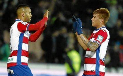 El Arabi y Pe�aranda durante un partido de la pasada temporada.