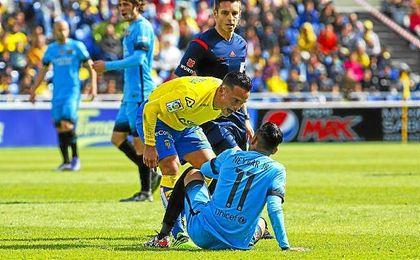 Roque Mesa se encara con Neymer en el partido de Liga.