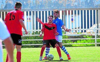 En la imagen, Tete (de azul) presiona a un rival del Círculo Don Bosco en un encuentro de la 14/15.