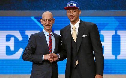 Ben Simmons, de la Universidad Estatal de Luisiana, junto a Adam Silver, comisionado de la NBA.