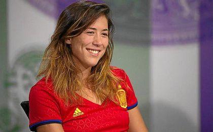 La tenista espa�ola acudi� con la camiseta de la Selecci�n espa�ola a la rueda de prensa de presentaci�n del torneo.
