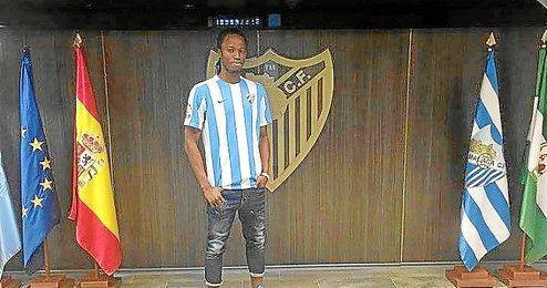 Koné posa con la camiseta del Málaga.
