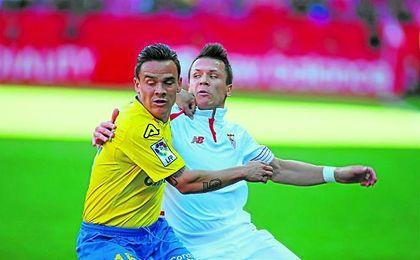 El canario Roque Mesa pugna con el sevillista Yevhen Konoplyanka en el Sánchez Pizjuán.