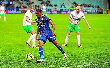 François Kamano (20 años y 1,82) controla el balón en un duelo con el Bastia ante el Saint-Étienne.