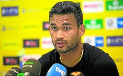 El delantero nacido en Porto Calvo atiende a los medios de comunicación canarios esta última campaña.