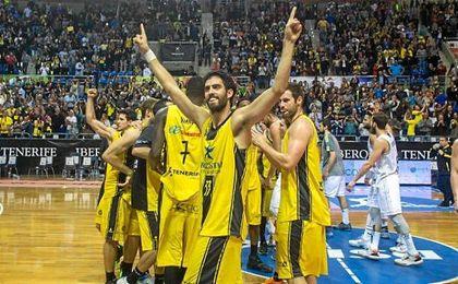 Los jugadores de Iberostar Tenerife celebran la victoria este curso ante el Real Madrid.