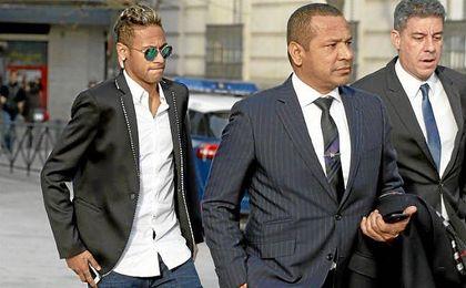 Neymar, junto a su padre, en los juzgados de Barcelona.
