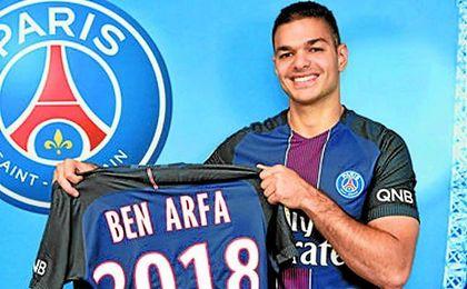 Ben Arfa posa con la camiseta del PSG.