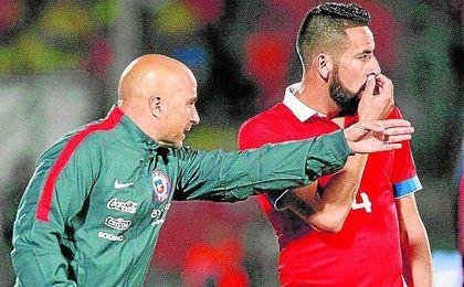 Jorge Sampaoli da instrucciones a Mauricio Isla durante un partido de la selección chilena.