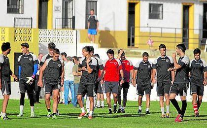 Jesús Galván (centro) durante un entrenamiento con el Alcalá en la 13/14, campaña en la que logró meterse en los ´play off´ de ascenso.