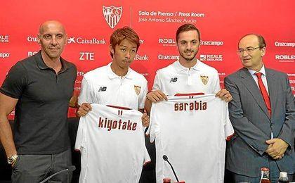 Kiyotake y Sarabia, en su presentaci�n con el Sevilla.
