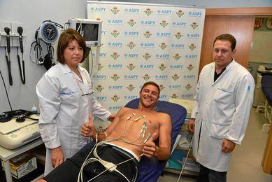 Joaquín en el momento del reconocimiento médico junto a los doctores.