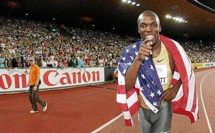 Lashawn Merritt con la bandera de su país.