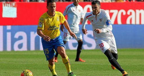 Roque Mesa pugna con Reyes en un Sevilla-Las Palmas.