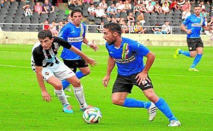 Fran Carles disputando un partido con el Linares Deportivo.