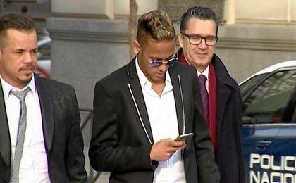 Neymar a la salida de los juzgados.