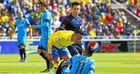 Roque Mesa se encara con Neymar.
