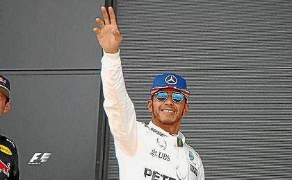 Hamilton saluda al p�blico de Silverstone tras lograr la pole.