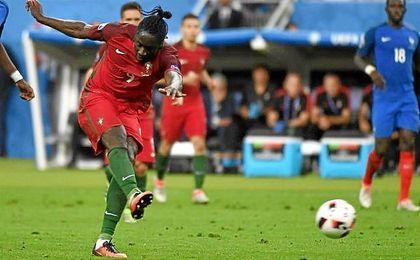 Eder, fabricando el gol que haría a Portugal campeona.