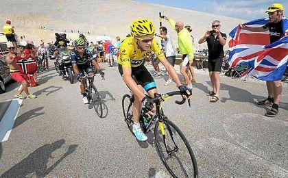 Chris Froome delante de Nairo Quintana en Ventoux durante una edición anterior de la ronda gala.
