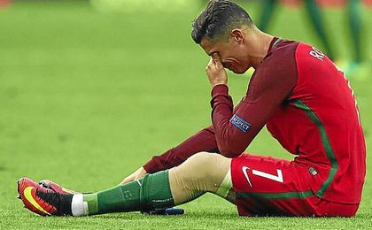 Ronaldo abandonó el partido entre Portugal y Francia lesionado.