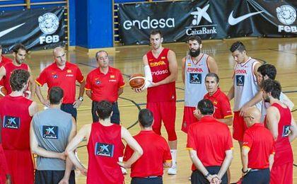Sergio Scariolo dirigiendo un entrenamiento de la selección española.