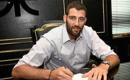 Bourousis firmando con Panathinaikos.