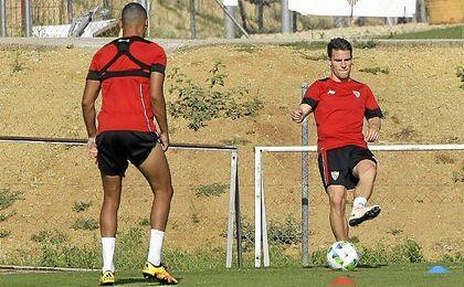 Gameiro, en un entrenamiento con el Sevilla.
