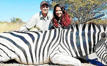 Jaycee Carrol y su esposa, Baylee, posando junto a un cebra muerta en Botsuana.