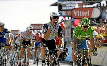 Cavendish celebra su triunfo de etapa por delante de Sagan.