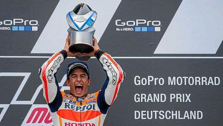 Márquez celebra su triunfo en Sachsenring.