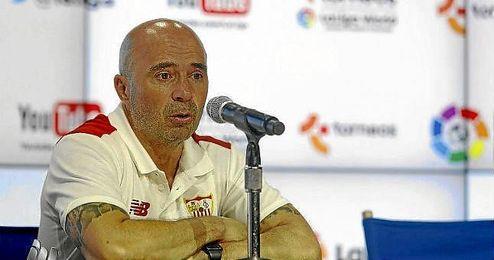 Sampaoli, técnico del Sevilla, ante los medios.