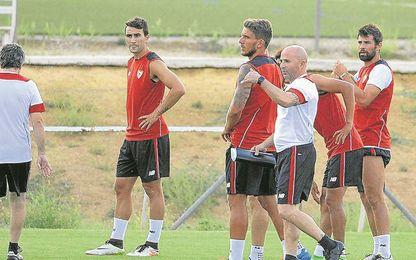 Carriço, en el centro junto a Sampaoli, quiere conservar con el argentino el rol que le dio Unai Emery.