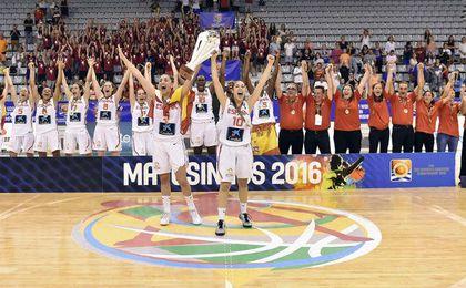 Las triunfantes jugadoras espa�olas celebran el t�tulo.