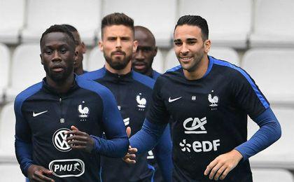 Adil Rami entrenándose junto a sus compañeros de la selección francesa.