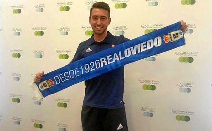 El exbético Francisco Varela posando con la bufanda de su nuevo equipo.