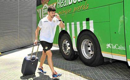 Jos� Antonio Caro mont�ndose en el autob�s cuando a�n era jugador del Betis.