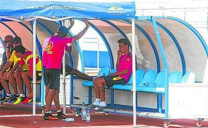Roque Mesa habla por teléfono en el banquillo durante la sesión de ayer de Las Palmas.